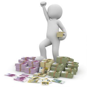 Figúrka s peniazmi v rukách
