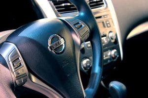 Volant v aute značky Nissan